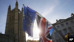 Demonstrant maše zastavama Evropske unije i Velike Britanije ispred britanskog parlamenta (Foto: AP/Tim Ireland)