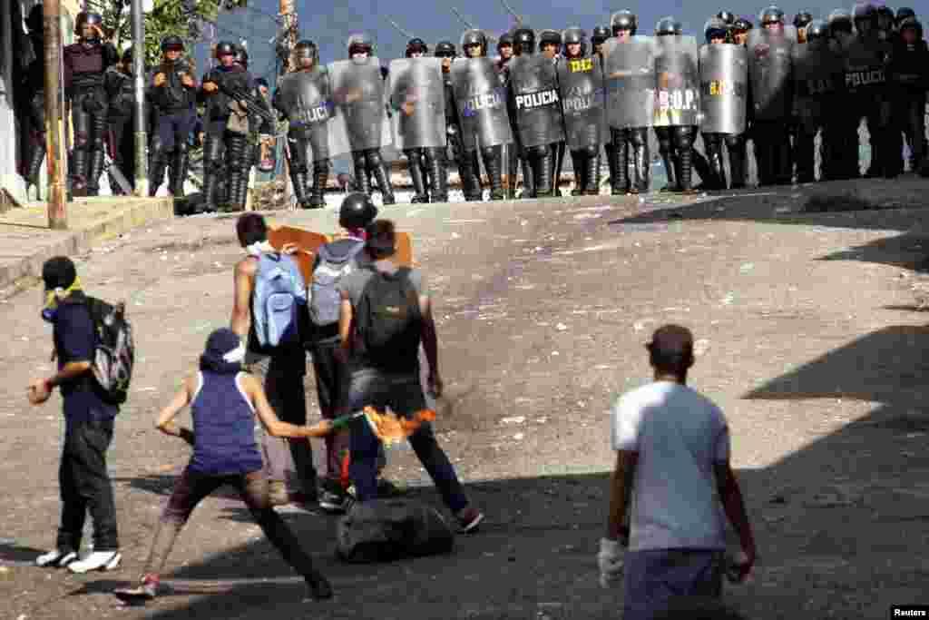 برخورد پلیس ضد شورش با تظاهر کنندگان در سان کریستوبال ونزوئلا . این معترضان خواستار رفراندم برای اعلام جرم علیه نیکلاس مادورو، رئیس جمهور این کشور هستند. مادورو برای امضای قراردادهای جدیدی نفتی به ایران و خاورمیانه سفر کرده است.