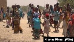 Des enfants à la sortie de l'école à Bosso dans la région de Diffa, Niger, le 19 avril 2017 (VOA/Nicolas Pinault)