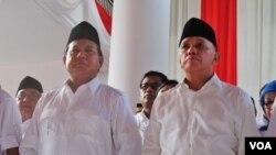 Prabowo Subianto dan Hatta Rajasa saat akan mendaftarkan diri ke Komisi Pemilihan Umum (KPU) sebagai calon presiden dan wakil presiden (20/5). (VOA/Fathiyah Wardah).