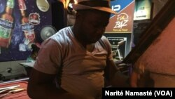Le propriétaire du restaurant Chez Jean, à Abidjan, le 22 octobre 2017. (VOA/Narité Namasté)