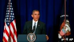 말레이시아의 쿠알라룸푸르에서 열린 아세안 정상회의에 참석한 오바마 대통령은 22일 기자회견을 하고 있다.