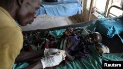 Bác sĩ chăm sóc một đứa trẻ bị suy dinh dưỡng mắc bệnh sốt rét tại một bệnh viện ở Bor.