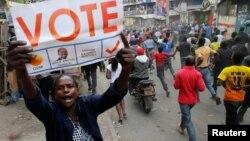 2017年8月10日, 肯尼亚反对派领导人的支持者在内罗毕的大街举着横幅喊口号.