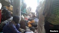 On réconforte des blessés après un attentat à la bombe contre un camp de déplacés à Rann, au Nigeria, le 17 janvier 2017.