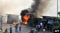 Các cửa tiệm bị đốt cháy trong cuộc xung đột giữa người biểu tình ủng hộ ông Ouattara và binh sĩ trung thành với ông Gbagbo