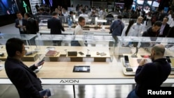 Điện thoại di động Axon của ZTE được trưng bày tại Đại hội Điện thoại Di động Thế giới Barcelona, Tây Ban Nha, ngày 25/2/2016.