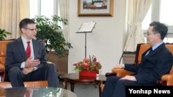 북핵 6자회담 우리 측 수석대표인 황준국 외교부 한반도 평화교섭본부장(오른쪽)이 11일 오후 서울 외교부 청사에서 애덤 주빈 미국 재무부 차관 지명자와 환담하고 있다.