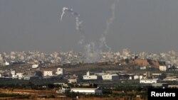 Các vệt khói sau các phi đạn từ phía bắc dải Gaza, ngày 11/11/2012.