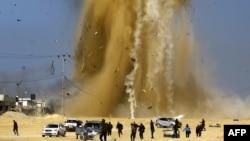 Quelques personnes courent se mettre à l'abri lors d'une attaque aérienne israélienne contre un poste du Hamas, dans le nord de la bande de Gaza, le 6 février 2017.