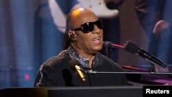 Stevie Wonder junto docenas de estrellas cantaron y pidieron donaciones para afectados por los huracanes Harvey e Irma.