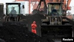 중국 단둥에서 북한산 석탄을 하역하고 있다. (자료사진)
