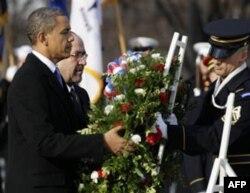 Ikki arbob Vashington yaqinida joylashgan Arlington milliy qabristoniga borib, marhum zobitlarni xotirladi