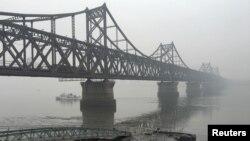 중국 단둥에서 출발한 화물차들이 철교를 건너 북한 신의주로 향하고 있다. (자료사진)