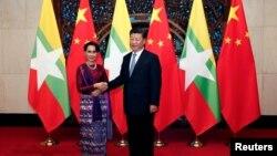 Cố vấn Quốc gia Myanmar Aung San Suu Kyi và Chủ tịch nước Trung Quốc Tập Cận Bình ở Bắc Kinh, 19/8/2016.