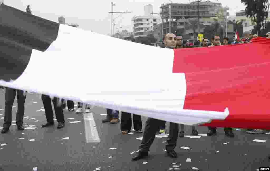 صدراتی محل کے سامنے قومی جھنڈے کے ساتھ مظاہرہ