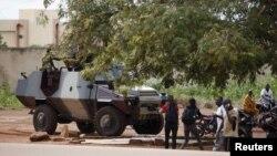 Des éléments du Régiment de la sécurité présidentielle chargent des civils et des journalistes près d'un véhicule blindé de l'armée non loin de l'hôtel Laico à Ouagadougou, Burkina Faso