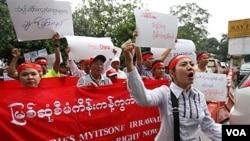 Warga Birma di Malaysia meneriakkan slogan menentang proyek bendungan Myitsone di sungai Irrawaddy di kedutaan Birma di Kuala Lumpur (22/9).
