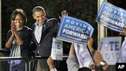 ປະທານາທິບໍດີ Barack Obama ກັບພັນລະຍາ ທ່ານນາງ Michelle Obama ໂຄສະນາຫາສຽງ ໃຫ້ພັກເດໂມແຄຣັທ ຢູ່ມະຫາວິທະຍາໄລລັດໂອໄຮໂອ ທີ່ເມືອງ Columbus ລັດ Ohio, ວັນທີ 17 ຕຸລສ 2010.
