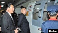 Lãnh tụ Bắc Triều Tiên Kim Jong-un thăm một nhà máy sản xuất, ngày 17/6/2013.