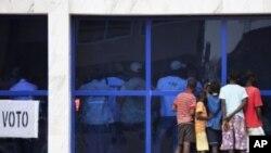 Các thiếu niên xem các viên chức phụ trách bầu cử trong thủ đô của Guinea Bissau đếm phiếu