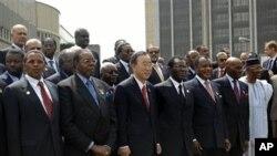 ប្រធានាធិបតីប្រទេសម៉ាឡាវី និងប្រធានសហភាពអាហ្វ្រិក Bingu wa Mutharika (ជួរមុខទី២រាប់ពីឆ្វេង) ឈរជាមួយនឹងអគ្គលេខាធិការអង្គការសហប្រជាជាតិ Ban Ki-moon ខណៈពេលដែលពួកគេឈរថតរូបជុំគ្នាជាមួយនឹងប្រមុខរដ្ឋអាហ្វ្រិកនៅក្នុងកិច្ចប្រជុំ