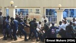 La police arrête des militants des mouvements citoyens qui manifestent devant le siège de l'Assemblée provinciale à Bukavu, dans le Sud-Kivu, RDC, 23 février 2016. (VOA/Ernest Muhero)