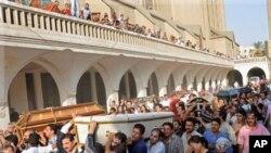 星期一埃及科普特基督徒在開羅參加在街頭與安全部隊衝突喪生的基督徒抗議者的彌撒葬禮
