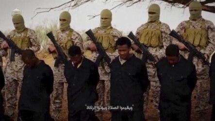 Vido được đưa lên mạng xã hội ngày thứ Bảy cho thấy các phần tử hiếu chiến Nhà nước Hồi Giáo dắt một nhóm các binh sĩ Syria từ nhà tù nổi tiếng Palmyra đến đại giảng đường.
