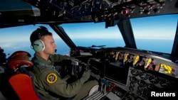 Pilot Pasukan Angkatan Udara Australia (RAAF) Letnan Penerbang Russell Adams dari Squadron 10, melakukan pencarian di wilayah terpencil di Samudera Hindia selatan, Kamis (20/3).