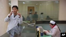 북한 평양의 병원 내부. 지난 2월 신설한 유방암 연구센터 접수 창구에서 의사가 통화 중이다. (자료사진)