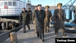 북한 김정은 국방위원회 제1위원장이 군 제313군부대 산하 수산사업소를 현지지도했다고 조선중앙통신이 16일 보도했다.