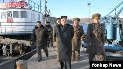 북한 김정은 국방위원회 제1위원장이 지난달 16일 제313군부대 산하 수산사업소를 현지지도했다. (자료사진)