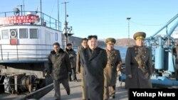 북한 김정은 국방위원회 제1위원장이 지난 2013년 군 제313군부대 산하 수산사업소를 현지지도하고 있다.