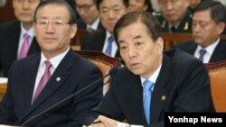 한민구 한국 국방장관이 27일 국회에서 열린 국방위원회의 국방부 등에 대한 국정감사에서 의원들의 질의에 답변하고 있다.