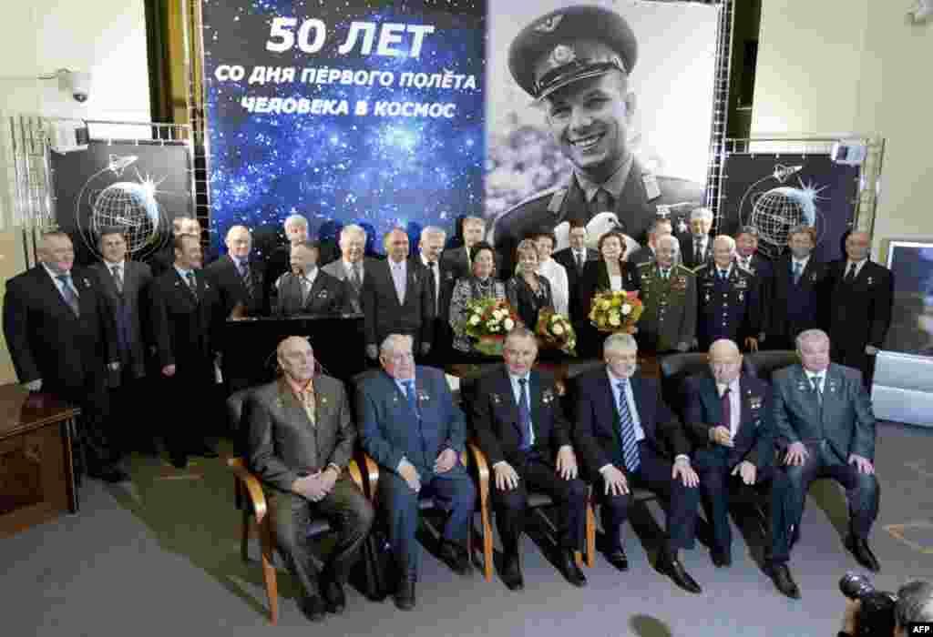 Рссийские космонавты с семьями на церемонии по случаю 50-летия полета Юрия Гагарина в косос. 5 апреля 2011 год