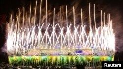 Pháo hoa thắp sáng Sân vận động Olympic trong lễ bế mạc Thế vận hội ngày 12/8/2012 ở London
