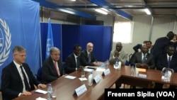 Reunion avec la société civile et la plateforme religieuse en la présence d'Antonio Guterres, à Bangui, Centrafrique, le 26 octobre 2017. (VOA/Freeman Sipila)