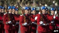 Des gardes royaux défilant devant l'arrivée des rois marocains et jordaniens pour une cérémonie d'accueil au Palais royal de Rabat le 22 mars 2017.