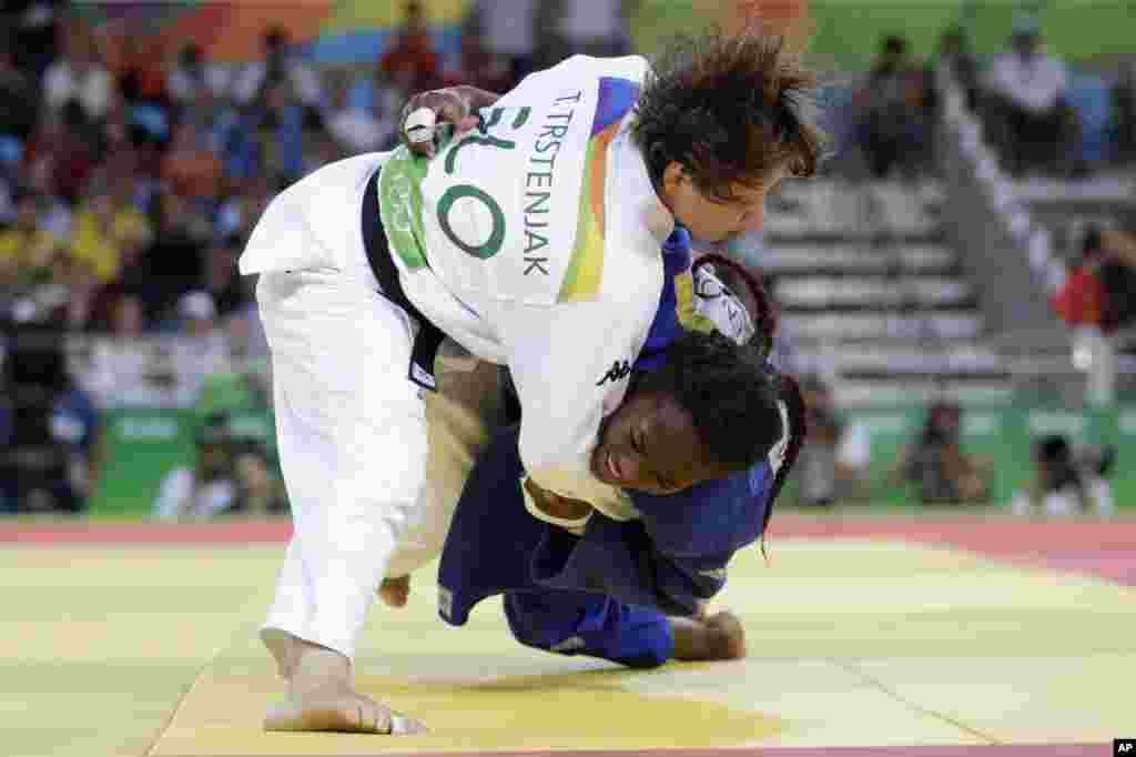 جوڈو کے مقابلے میں خواتین کھلاڑی ایک دوسرے پر سبقت لے جانے کی کوشش کر رہی ہیں۔