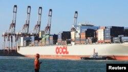 中国青岛货柜码头2018年10月18日的情景(路透社)