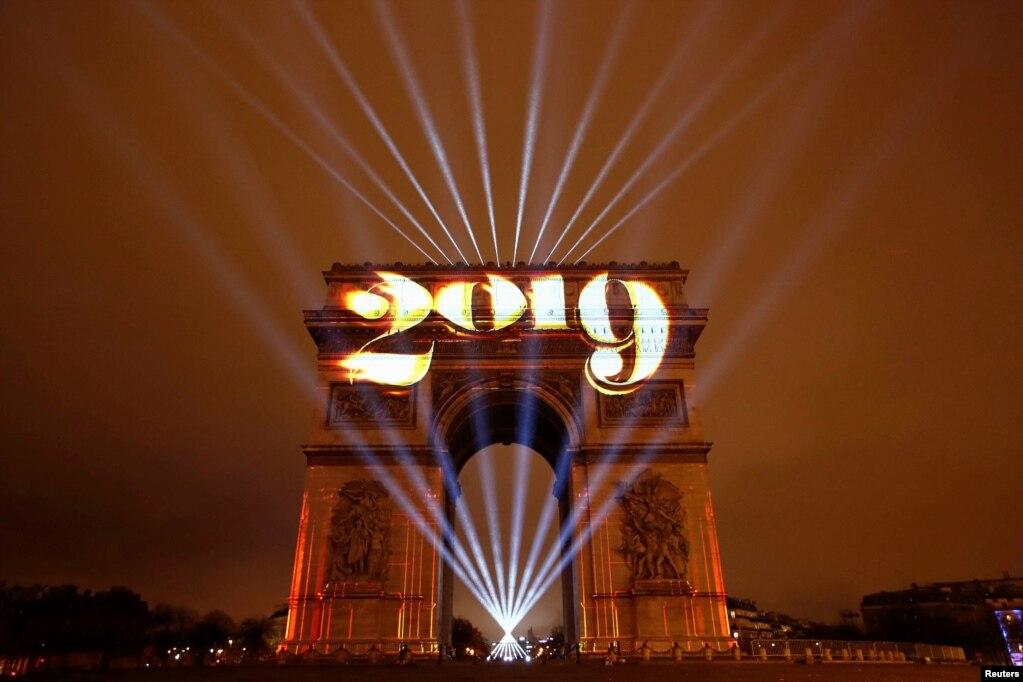 프랑스 파리 개선문에 2019년을 알리는 불빛이 환하게 빛나고 있다.