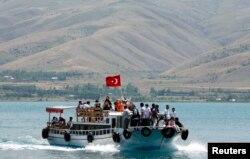 Van gölü Türkiyənin ən iri gölüdür.