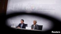 La directora del FMI, Christine Lagarde, derecha, junto al ministro del Tesoro de Argentina, Nicolás Dujovne, se reunieron con los periodistas el sábado en Buenos Aires.