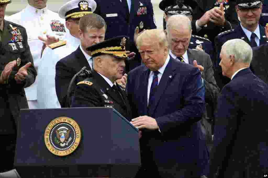 پرزیدنت ترامپ روز دوشنبه هشتم مهر ماه و در مراسمی که برای شروع به کار ژنرال مارک میلی برگزار شد، شرکت کرد. ژنرال میلی به عنوان رئیس جدید ستاد مشترک نیروهای نظامی آمریکا جانشین ژنرال جوزف دانفورد شد.