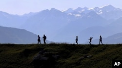 "Para pendaki menuju gunung ""Tanduk Kitzbuehler"" dekat Kitzbuehl, Austria, 27 Oktober 2019.(Foto: AP)"