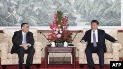 2014年12月19日澳门特区政府图片: 中国展示习近平(右)在澳门会晤澳门特区行政长官崔世安