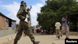 Un soldat somalien patrouille dans une rue à la suite d'un attentat à la voiture piégée et d'une fusillade à Afgoye, en Somalie, le 19 octobre 2016.
