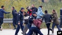 درگیری پلیس بوسنی با مهاجران- آرشیو