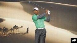Tiger Woods de l' US tees off sur le 15e trou lors de la première manche du Championnat d'Abu Dhabi à l' Abu Dhabi Golf Club 26 Janvier 2012. REUTERS / Nikhil Monteiro ( EMIRATS ARABES UNIS - Tags: SPORT GOLF )